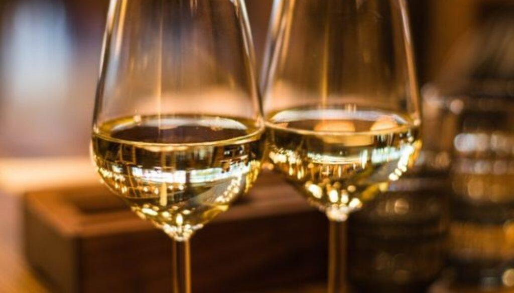 כוסות יין לבן